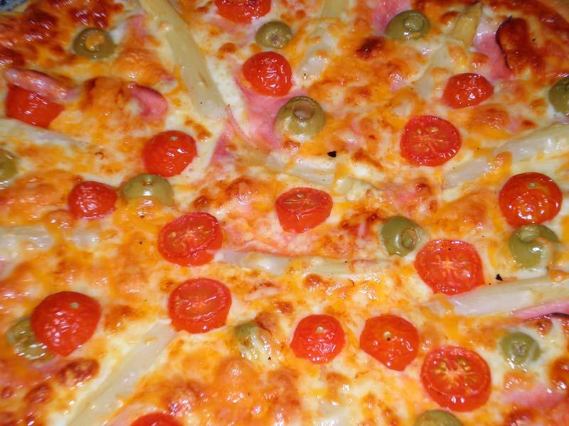 Pizza jamón y queso presentación