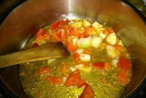 Sofreímos el tomate y la cebolla para el guiso